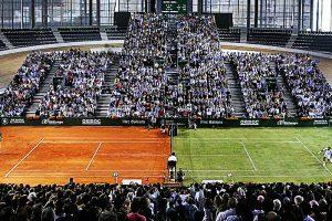 Nadal y Federer jugando en mitad tierra batida y mitad hierba.