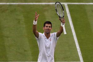 Djokovic celebra una victoria en Wimbledon