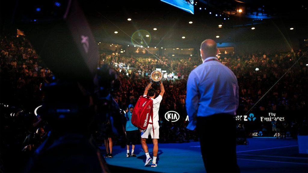 Roger Federer con el título del Open Australia 2018