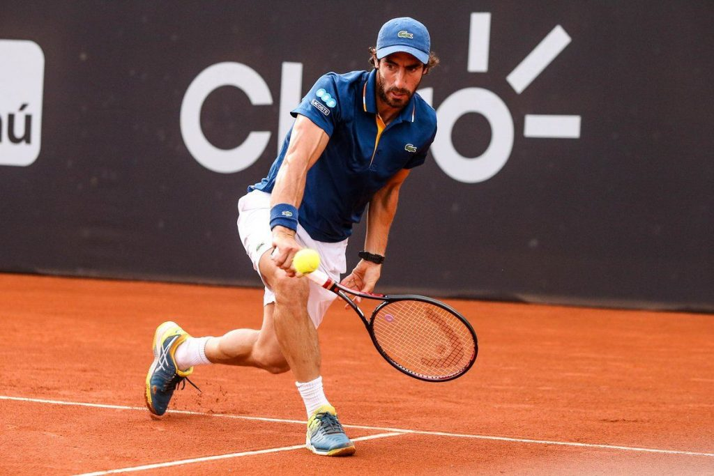 Pablo Cuevas golpea un revés en el Rio Open