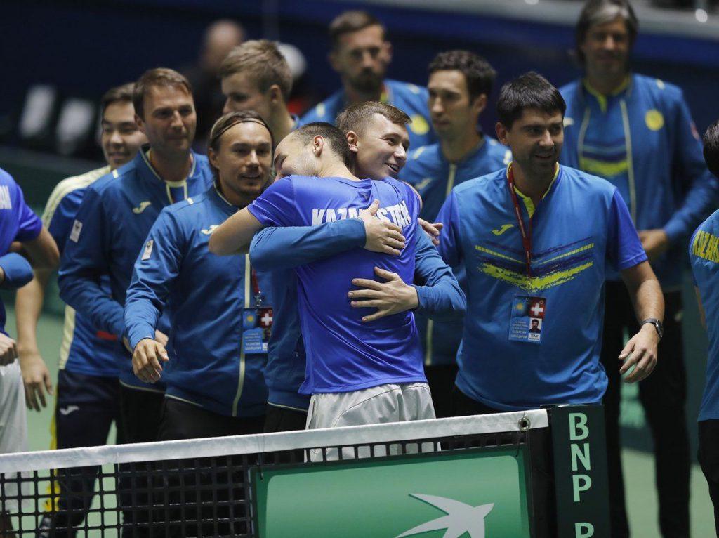 El equipo de Kazajistán se abraza tras pasar a cuartos de final