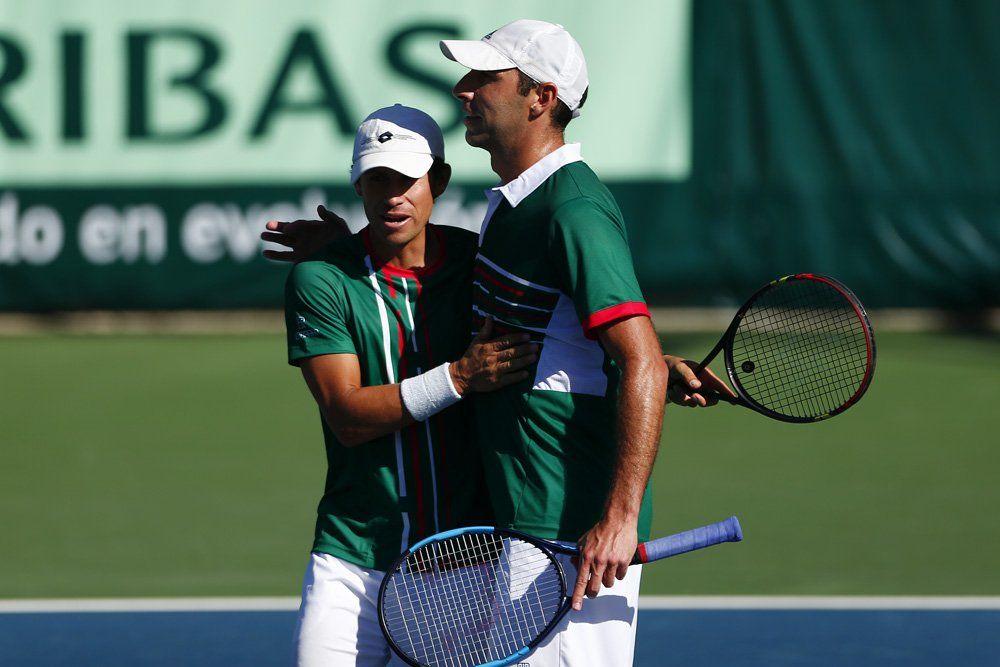 El equipo mexicano de dobles celebra el triunfo en Copa Davis