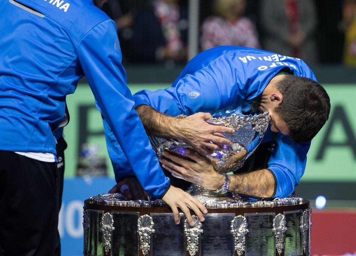 Del Potro abraza la Copa Davis conquistada en 2016