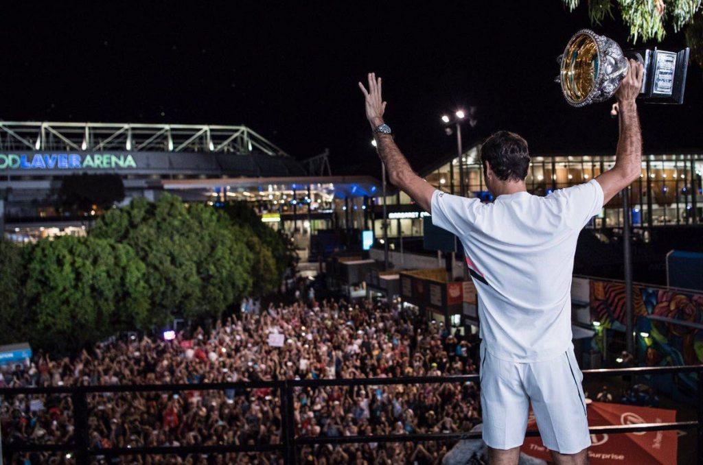 Federer saluda al público tras el título en el Open de Australia en 2018