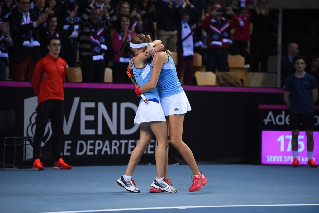 Mladenovic y Hesse celebran el triunfo de Francia en la Fed Cup