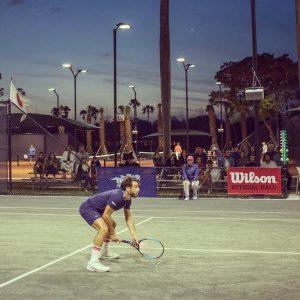 Frederico Gil disputando un partido de dobles