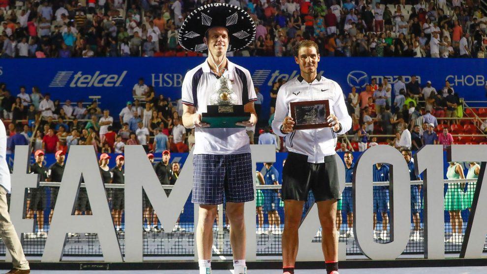 Querrey Nadal posan con los trofeos del ATP de Acapulco en 2017