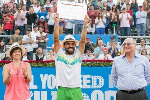 Estrella Burgos con el trofeo del ATP de Quito
