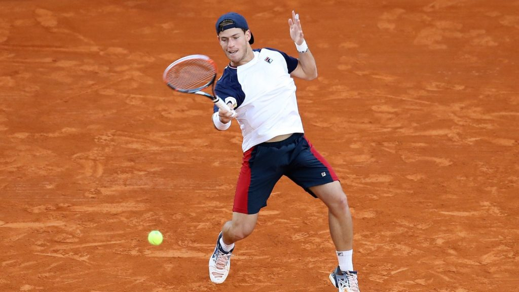 Diego Schwartzman golpea una derecha en Roland Garros