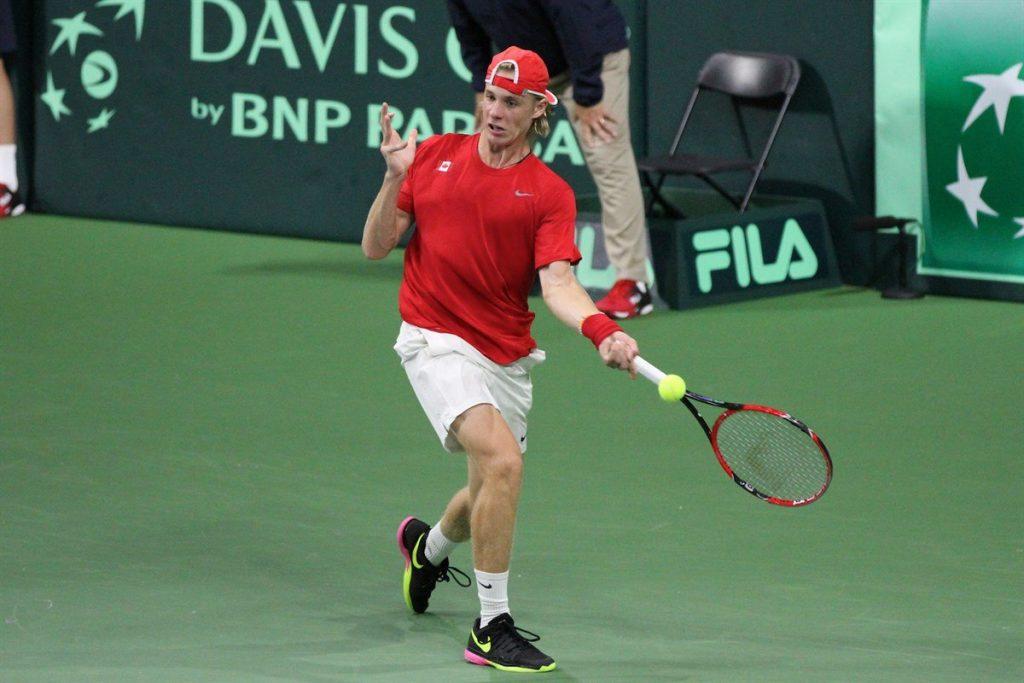 Shapovalov jugando un partido de Copa Davis con Canadá