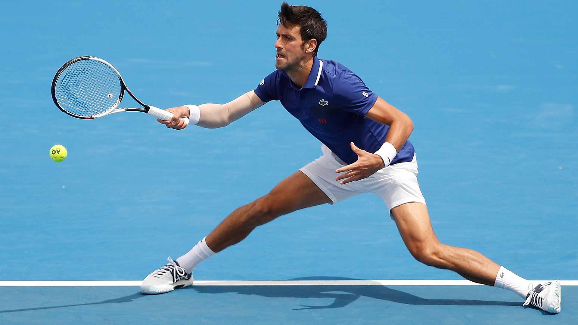 Novak Djokovic devolviendo un golpe