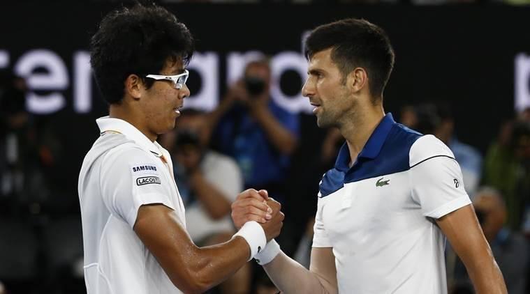 Chung y Djokovic se saludan tras el partido en el Open de Australia