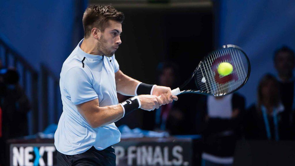Coric golpea un revés en las Next Gen ATP Finals