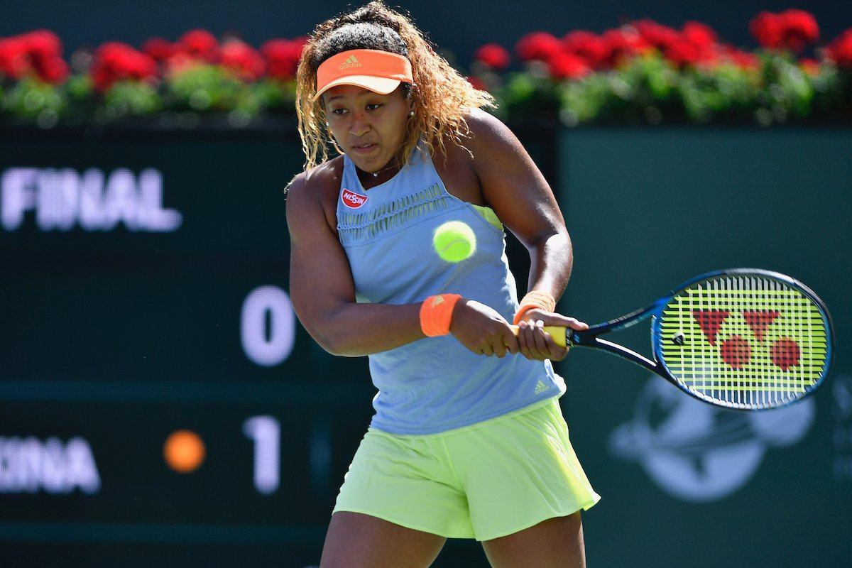 Naomi Osaka golpea un revés en Indian Wells