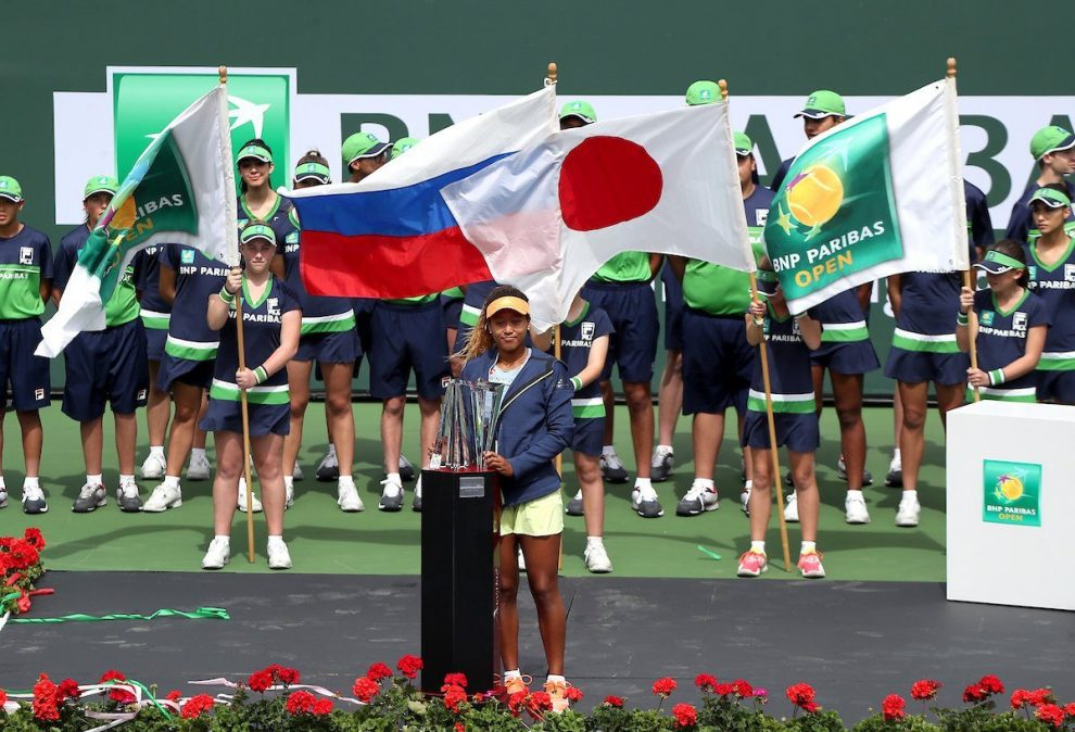 Naomi Osaka posa con el título de Indian Wells
