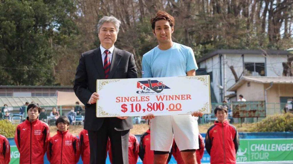 Uchiyama con el premio del Challenger de Yokohama