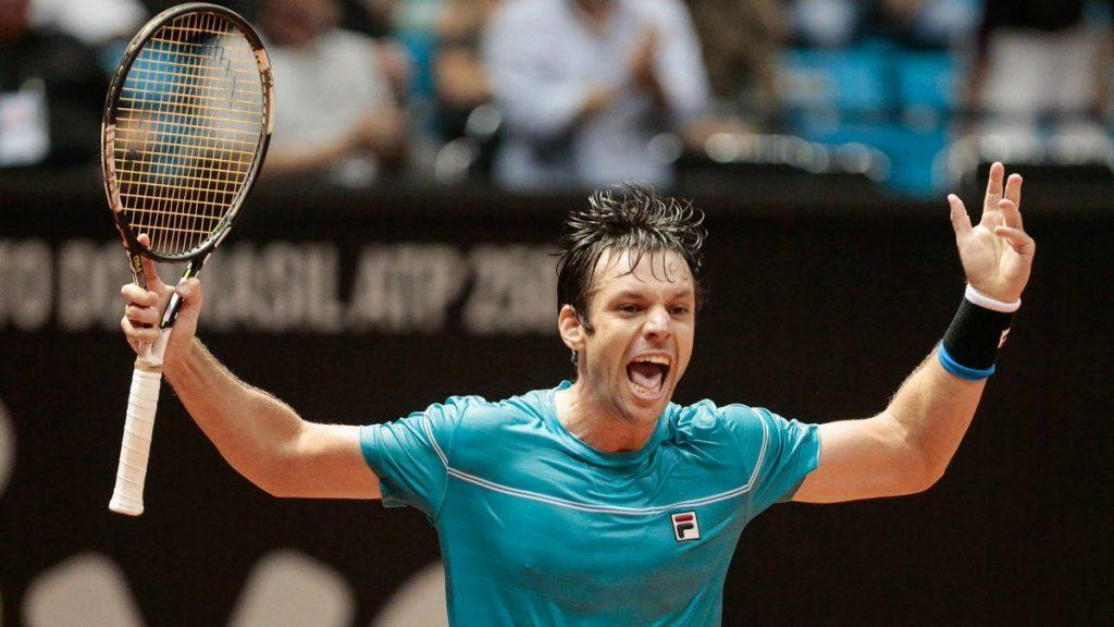 Zeballos celebra el triunfo frente a Monfils en el ATP de Sao Paulo