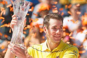 Isner posa con el título del Miami Open