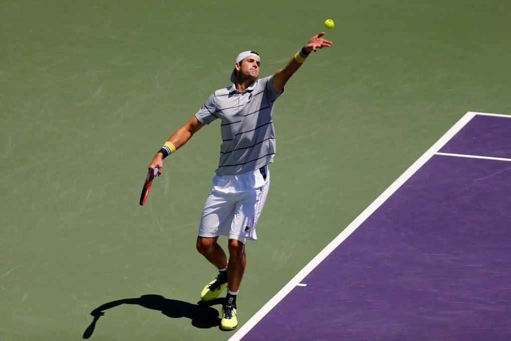 Isner sacando en la final del Miami Open 2018