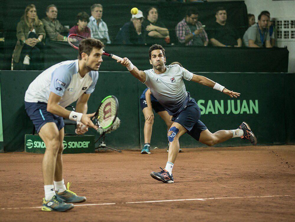 Pella y González jugando el dobles en Copa Davis