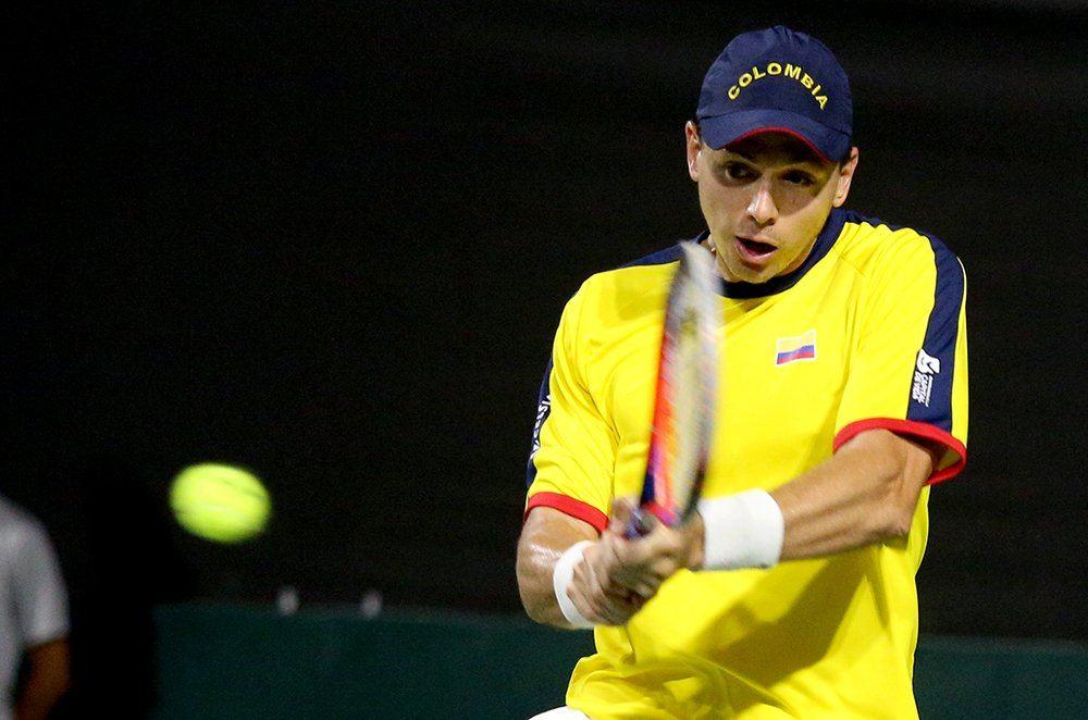 González golpea un revés en la serie ante Brasil en Copa Davis