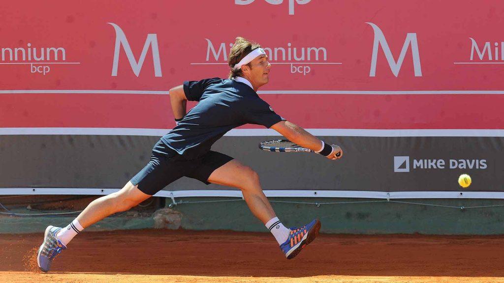 Daniel Gimeno Traver se estira a por una bola en el ATP de Estoril