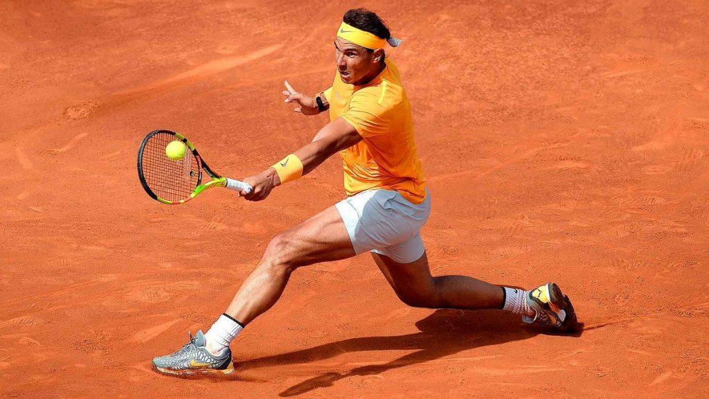 Rafa Nadal llegando a una bola en el Barcelona Open Banc Sabadell