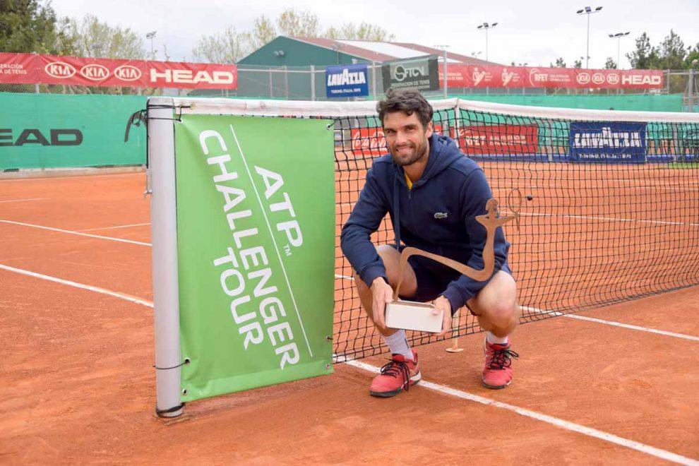 Pablo Andújar posa con el titulo en el Challenger de Alicante