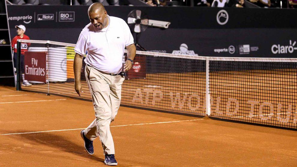 Bernardes mirando si una bola es buena en el ATP de Río de Janeiro