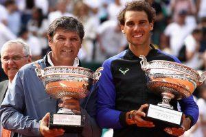 Nadal y su tio posan con el trofeo de Roland Garros en 2017