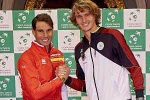 Nadal y Zverev se saludan antes de la eliminatoria de la Copa Davis entre España y Alemania