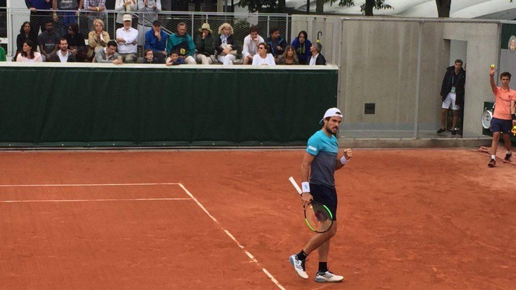 Pella celebra un punto en Roland Garros