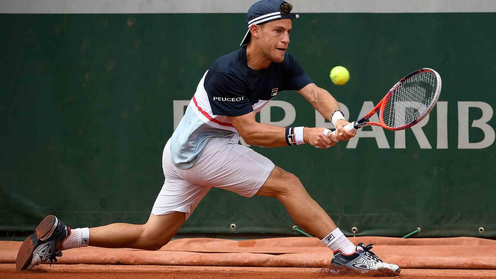 Schwartzman golpea un revés en Roland Garros