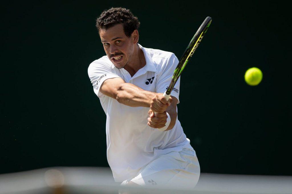 Alex Bolt golpeando un revés en la fase previa de Wimbledon