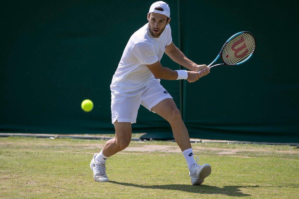 Travaglia jugando la fase previa de Wimbledon 2018