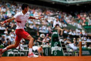 Djokovic golpea una derecha en Roland Garros