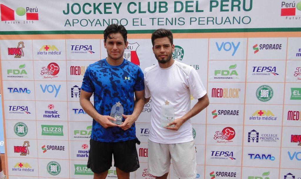 Juan Pablo Paz posa con el título del F4 en Perú