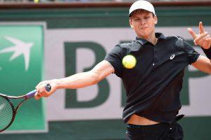 Hurkacz golpeando una derecha en Roland Garros