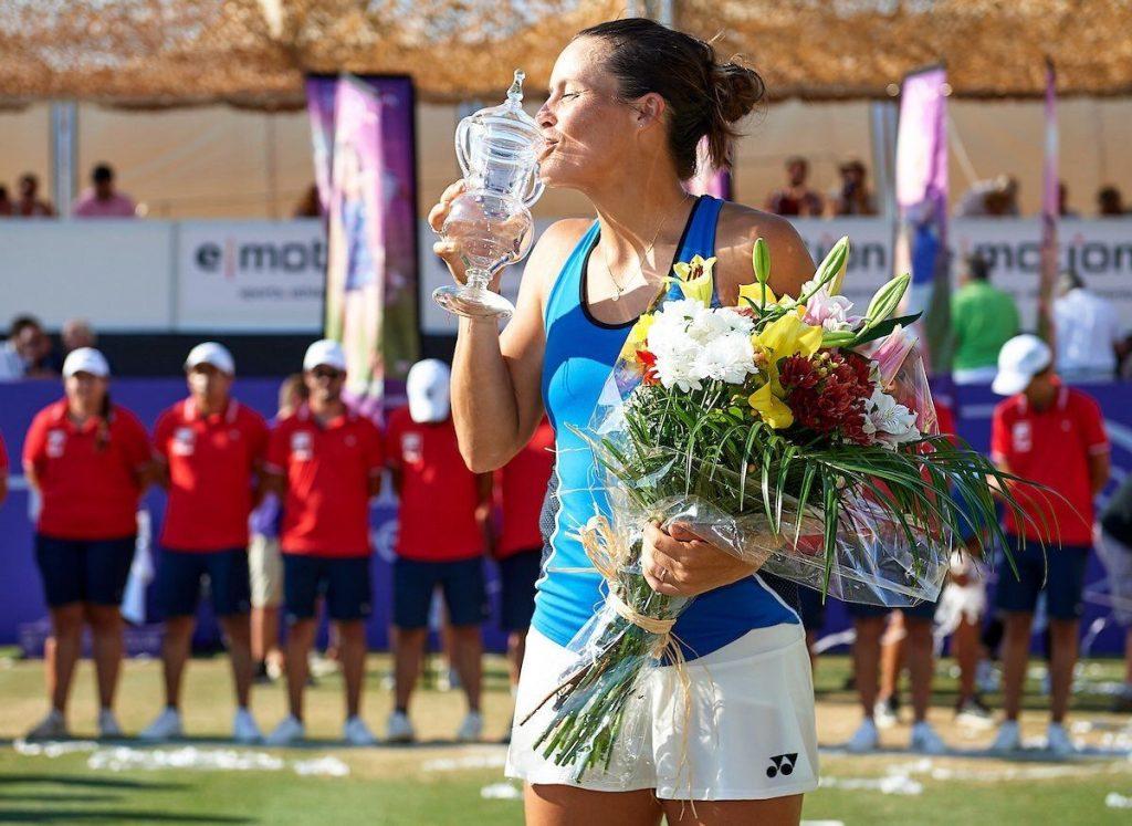 Tatjana Maria besa el trofeo del WTA de Mallorca