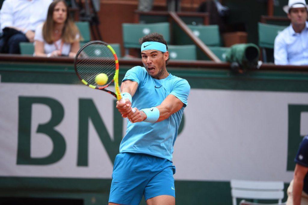 Rafael Nadal golpea un revés en Roland Garros