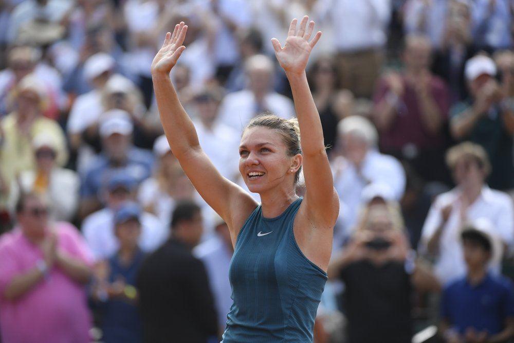 Halep saluda al público de Roland Garros tras ganar su primer título de Grand Slam