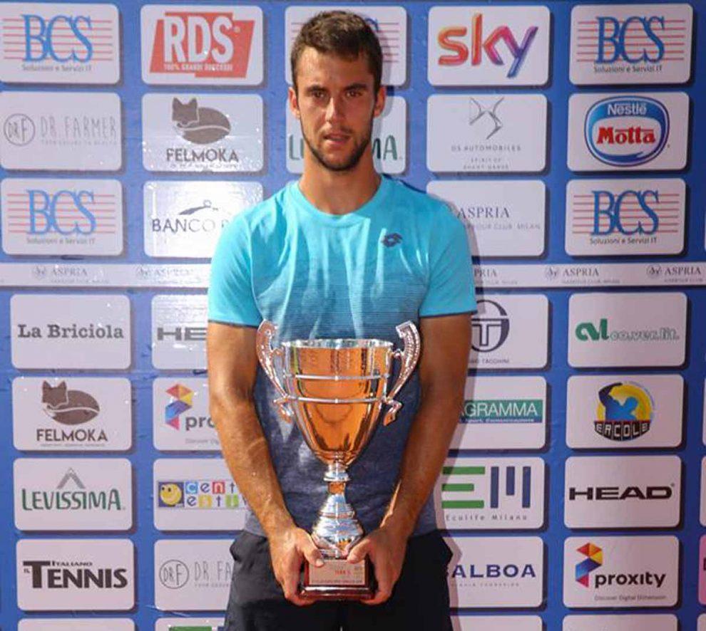 Laslo Djere posa con el título del Challenger de Milán