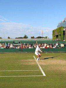 Zeballos sacando en Wimbledon 2018