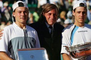 Coria y Gaudio con Guillermo Vilas en la ceremonia de trofeos