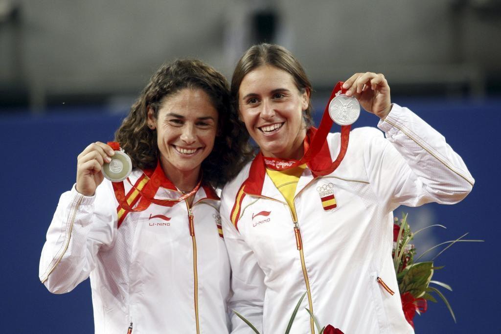 Anabel Medina y Vivi Ruano posan con la medalla olímpica
