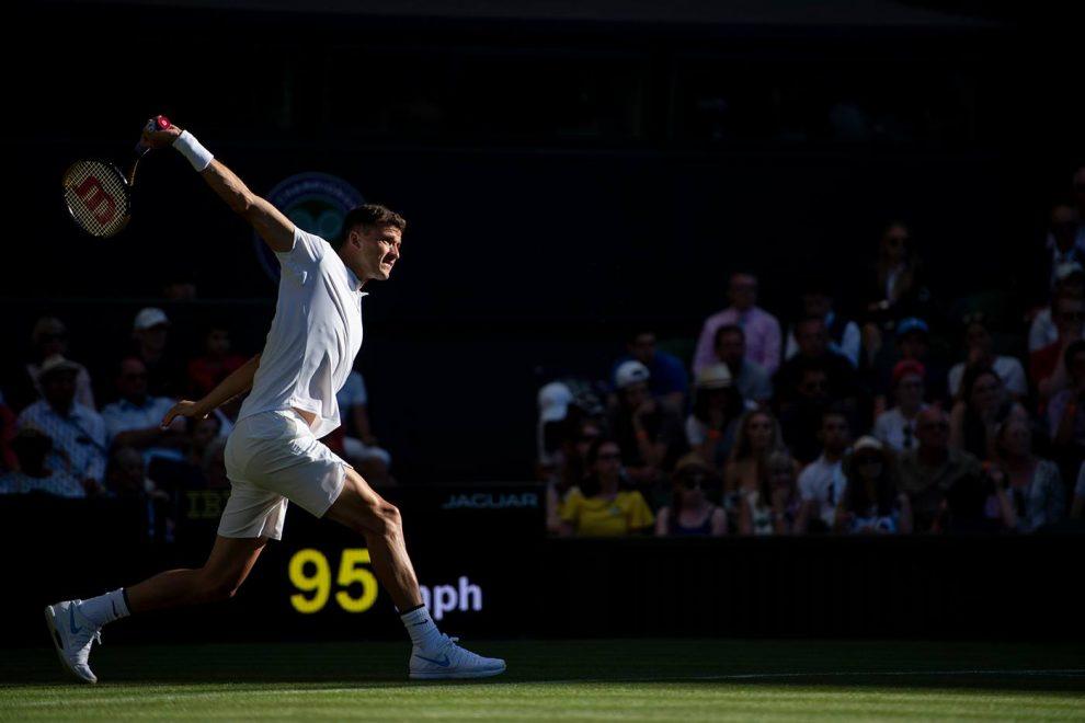 Dimitrov golpea un revés en Wimbledon 2018