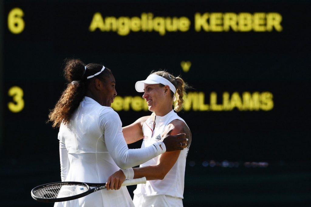 Serena y Kerber se saludan tras la finalde Wimbledon 2018