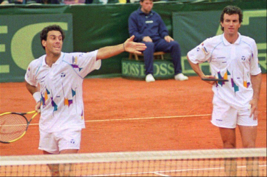 Javier Frana disputando un partido de Copa Davis con Pablo Albano