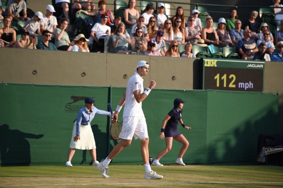 Isner durante un partido en Wimbledon 2018
