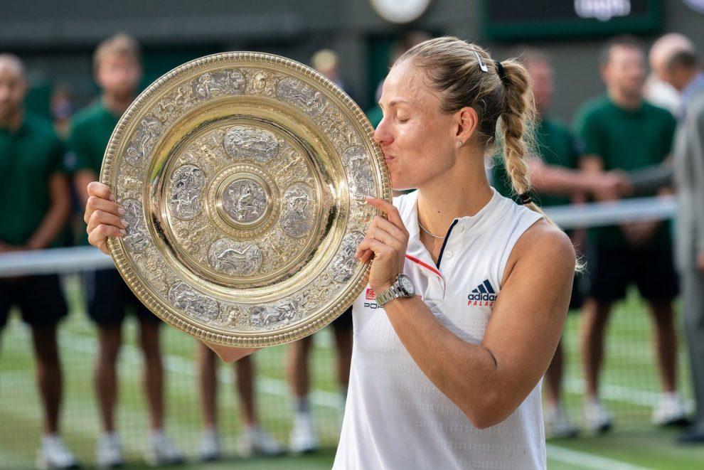 Angelique Kerber besa el trofeo de campeona en Wimbledon